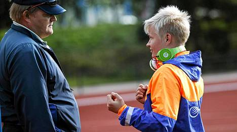 Seppo Rädyn (vas.) valmentama Oona Sormunen ei ollut tyytyväinen suoritukseensa Ruotsi-ottelussa.