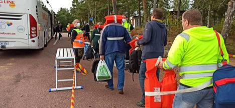 Svinön saaresta matkustajat kuljetettiin pois bussein.