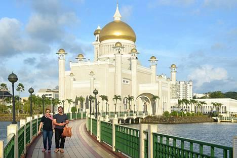 Vuonna 1958 valmistunut Omar Ali Saifuddien moskeija näkyy pääkaupungin keskustassa joka paikkaan. Moskeijaan pääsevät vierailemaan muutkin kuin muslimit.