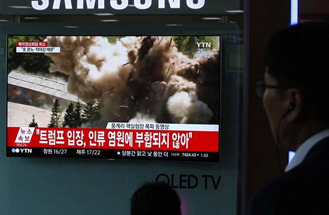 Pohjoisen naapurin räjäytystyöt kiinnostivat myös Etelä-Korean pääkaupungissa Soulissa, jossa ohikulkijat pysähtyivät seuraamaan niistä kertovia uutisia rautatieaseman televisioista.
