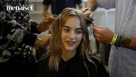 Esimerkiksi hiusten runsas hipelöinti saattaa saada hiukset tuntumaan rasvaisilta. Kuvituskuva.