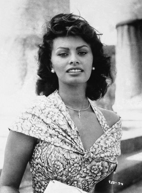 Sophia Loren 23-vuotiaana vuoden 1957 leffassa Poika delfiinin selässä.