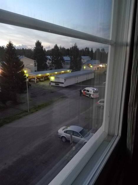 Viranomaiset sulkivat tietä yöllä.