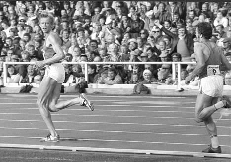 Martti Vainio veti Suomelle kolmoisvoiton vuoden 1978 Ruotsi-maaottelussa. Takana viime helmikuussa menehtynyt Esko Lipsonen.