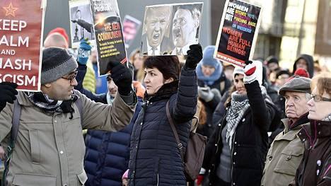 Women's March Helsinki -mielenosoituksessa näkyi Donald Trumpia ja Adolf Hitleriä esittävä juliste.
