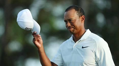 Tiger Woods nipin napin jatkoon golfin Masters-turnauksessa