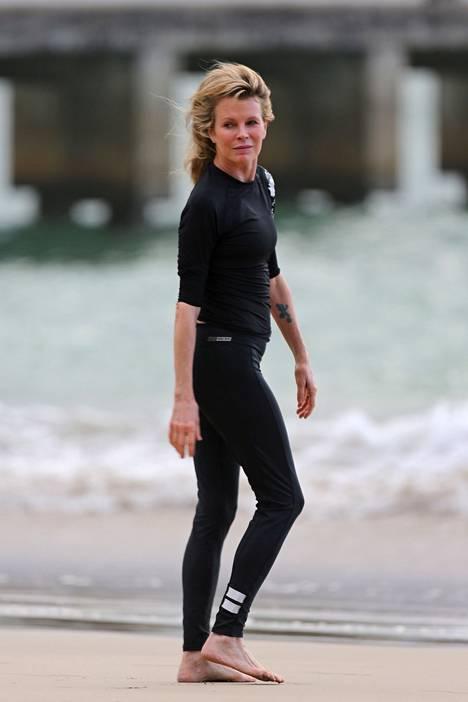 Hyvässä kunnossa säilynyt Kim Basinger lomailemassa Havaijilla joulukuussa 2014.