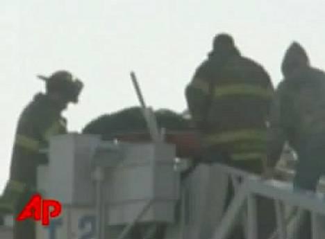 Palomiehet onkivat epäonnista vankia ulos ilmanvaihtokanavasta.