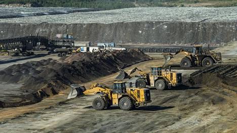 Työkoneet purkuvat primäärikasaa Terrafamen Sotkamon kaivoksella.