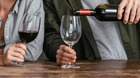 Koronaviruksen rajoitustoimet vähentävät sosiaalisia rientoja, mutta toisaalta kotiin eristäytyminen myös lisää mahdollisuuksia juoda.