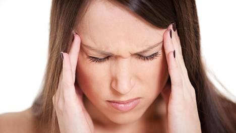 Aivotärähdyksen oireisiin kuuluvat muun muassa pahoinvointi, huimaus ja päänsärky.