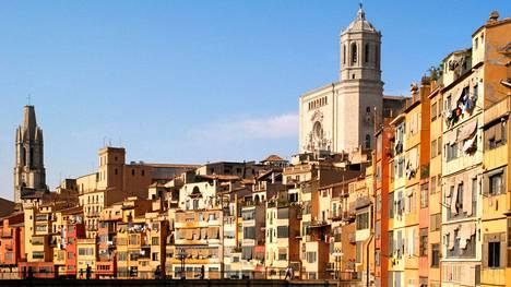 Sadan tuhannen asukkaan Girona on tunnelmallinen joenvarsikaupunki, jolla on pitkä historia; kaupungin perustivat roomalaiset.