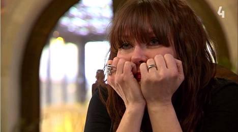 Irina murtuu kyyneliin heti Laura Voutilaisen aloitettua esityksensä.