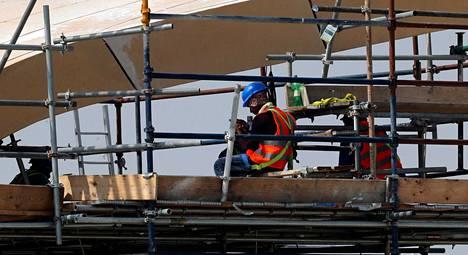 Qatarin MM-stadionien rakentajien työolosuhteet ovat puhuttaneet jo vuosia.