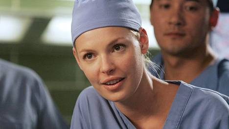 Katherine Heigl näytteli Greyn anatomian alkuperäisiin lääkäreihin kuulunutta Izzietä.