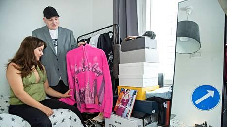 Oskari Alakarhu ja hänen tyttöystävänsä Olivia Seikku hankkivat vaatteensa käytettyinä.