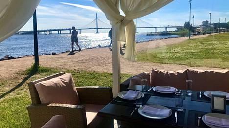 Villa ZimaLeto -ravintolalla on myös terassikatoksia, joissa on tuulensuoja siltä varalta, että mereltä puhaltava tuuli on liian viileä.