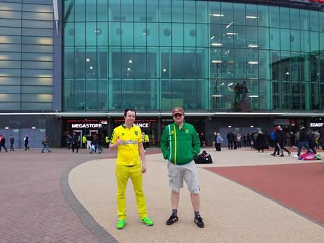 Gary Brown ja Greg Fairweather, Norwichin pitkäaikaiset fanit Old Traffordin edustalla