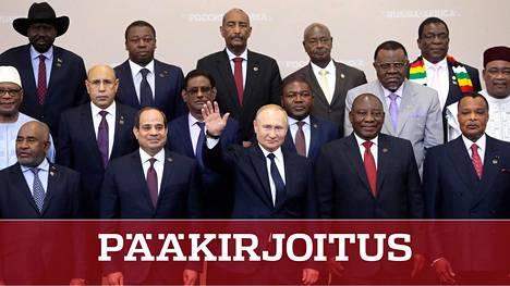 Presidentti Vladimir Putin huiskutteli muikeana ryhmäkuvassa Afrikan-maiden johtajien kanssa.