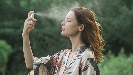 Unohda vanulappu! Kasvoveden voi suihkuttaa tai taputella suoraan iholle.