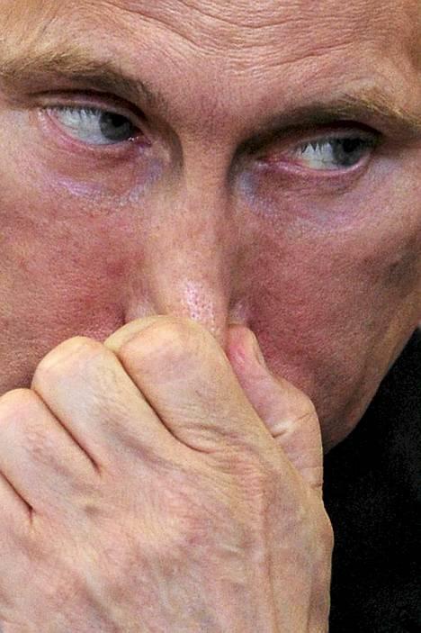 """Tunnistatko tämän katseen? Sehän on Venäjän presidentti Vladimir Putin, joka on tapaamassa energiayhtiöiden johtajia vuosittaisessa talousfoorumissa Pietarissa. Samaisessa foorumissa Putin tapasi myös presidentti Sauli Niinistön. Tilaisuuden avajaispuheen pitänyt Putin korosti voimakkaasti julkisen talouden vakauden merkitystä, ja se jäi myös Niinistön mieleen. """"Se on sillä tavalla tervetullutta ja tervettä ajattelua, että jos nyt jotakin on unohtunut tässä läntisessä maailmassa niin juuri se puoli"""", Niinistö analysoi STT:n mukaan. Niinistö sai kulkea talousfoorumin pitopaikassa messukeskus Lenexpossa melko rauhassa ilman liikoja selälle taputtelijoita. Hän vaikutti olevan ennen foorumin avajaisia melko tuntematon nimi monille Venäjän talousihmisille. Niinistö tunnetaan foorumin jälkeen kuitenkin huomattavasti entistä paremmin, sillä hän astui avajaisissa puhujanpönttöön heti presidentti Putinin jälkeen."""