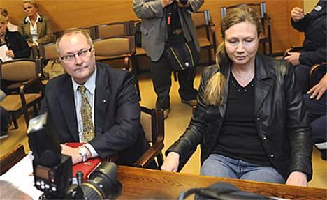 Anneli Auerin asianajaja Juha Manner (vas.) epäili, että syyttömyyttä tukevaa näyttöä on jätetty pois esitutkinta-aineistosta.