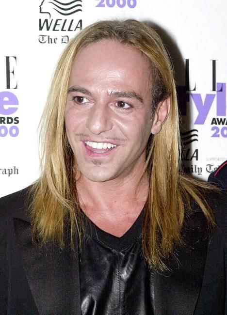 Muotisuunnittelija John Galliano luotti pitkään hiustyyliin jo vuonna 2000.