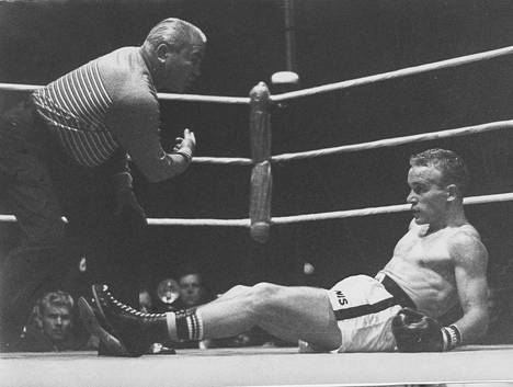 Davey Moore (oik.) tyrmäsi Olli Mäen olympiastadionilla elokuussa 1962.