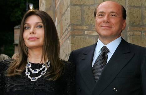 Ex-vaimo Veronica Lario on syyttänyt Berlusconia suhteista alaikäisiin naisiin.