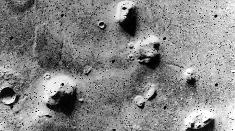 Viking 1 -luotain kuvasi kasvot Marsin pinnalla heinäkuussa 1976. Sittemmin niille on löytynyt selitys.