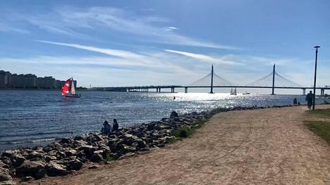 Pietarin läntinen ohitustie kulkee aivan Gazprom-areenan vierestä ja sen näyttävä silta hallitsee näkymää Suomenlahden suuntaan rantaravintoloiden luona.