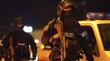 Poliisit ja armeija partioivat Wienissä hyökkäyksen jälkeen.
