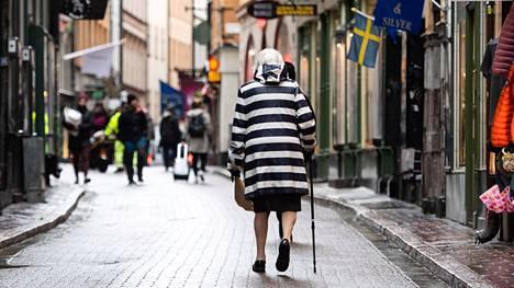 Folkhälsomyndighetenin pääjohtaja Johan Carlson kertoi, että iäkkäät ihmiset ovat kärsineet eristäytymisestä merkittävästi sekä psyykkisesti sekä fyysisesti, joten siksi suosituksia päätettiin lieventää.