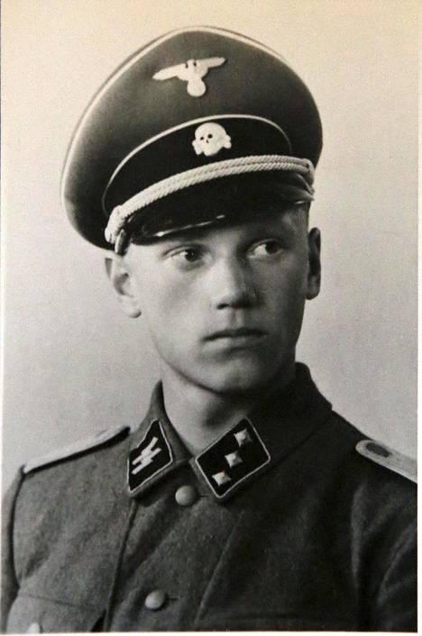 Lauri Törni Saksan armeijan asepuvussa.