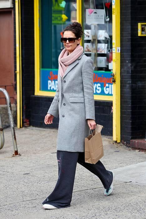 Näyttelijä Katie Holmes valitsi siistin villakangastakin kanssa löysät, levälahkeiset housut. Näyttää mukavalta!