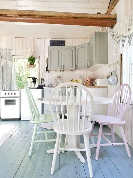 Marikan lempikaluste mökillä on tuvan valkoinen puupöytä.