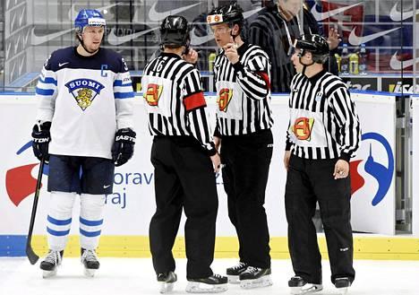Seppo Mäkelä kritisoi Suomen ja Venäjän välisen ottelun tuomariston toimintaa.