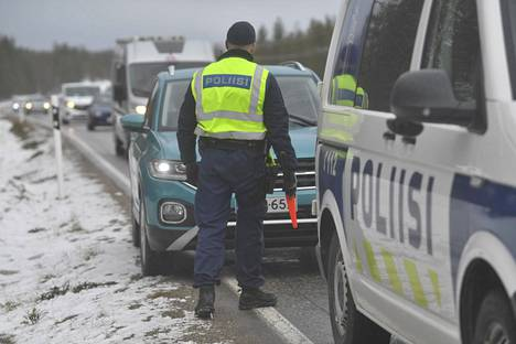 Poliisi valvoi liikennettä onnettomuuspaikalla.