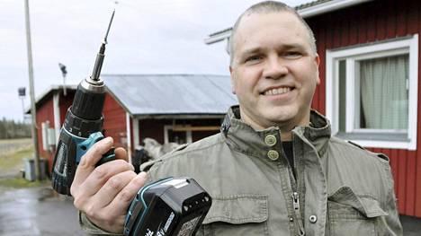 Aiemmin Seppo Sandberg tarvitsi kaksi kättä pitelemään työkaluja.