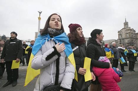 Krimiltä paenneet tataarit lauloivat Ukrainan kansallislaulua Kiovassa.