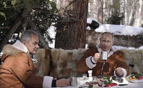 Kremlin mukaan Vladimir Putin ei halua, että hänen rokotustapahtumaansa kuvataan. Viikonloppuna Putin kuvautti sen sijaan itseään vapaa-ajan vietossa puolustusministeri Sergei Shoigun kanssa.