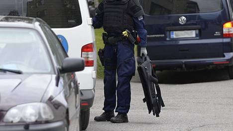 Poliisi operaatiossa Rovaniemellä 2018. Hihan lippu näyttää olevan Thin Blue Line -merkki.