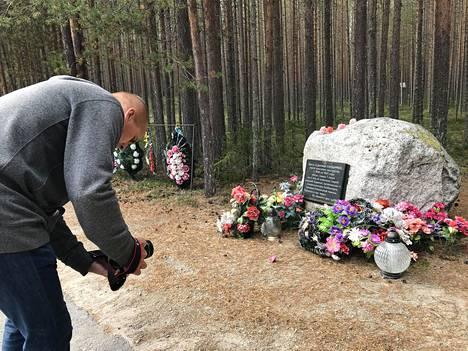 Sandarmohiin on pystytetty muistomerkkejä eri kansallisuuksille, joiden edustajia on teloitettu hiekkakankaalle Stalinin ajan poliittisissa vainoissa 1930-luvun lopulla.