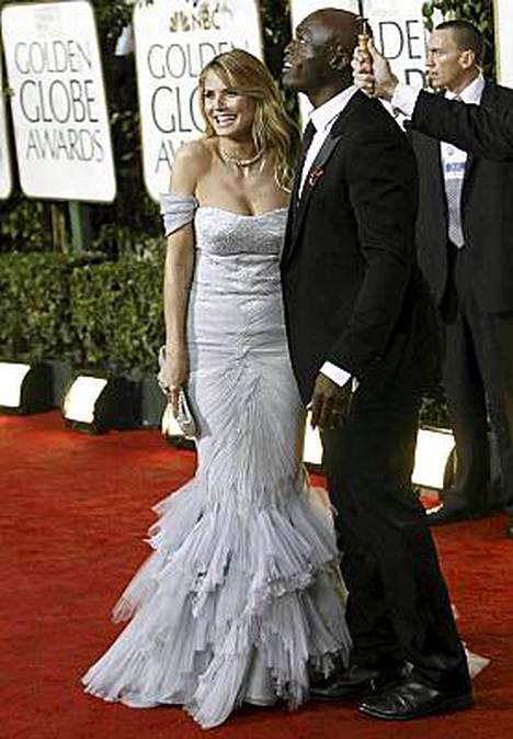 Heidi Klum Roberto Cavallin luomuksessa puolisonsa Sealin kanssa.