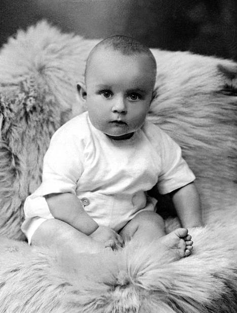 Presidentti Koivisto syntyi Turussa marraskuussa 1923. Kuva alle 1-vuotiaasta Koivistosta on vuodelta 1924.