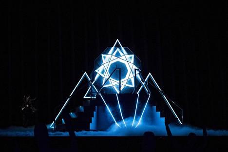 Aallon Monsters-esityksessä oli useita näyttäviä elementtejä: suuri lavarakennelma, tuliefektejä, tanssia ja pyörimistä.