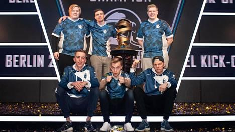 """Team Liquidin MM-kisat päättyivät avausviikkoon. Joukkueen suomalaispelaajat ovat ylärivin vasemmassa (Jere """"Jembty"""" Kauppinen) ja oikeassa reunassa (Samu """"Sambty"""")."""
