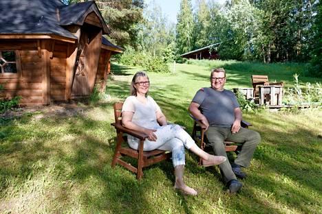 Sari Lindström-Pappinen ja Pauli Pappinen pyörittävät Teiskossa vuokramökkibisnestä maatilan yhteydessä. Parilla on yhteensä kolme vuokramökkiä maatilan liepeillä ja yksi Levillä. Uusimman mökin vuokra on sesonkiaikaan 900 euroa viikossa.