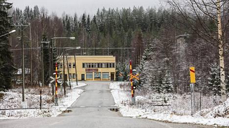Kaivoskylän sydän kolmen tien risteyksessä on kalpea muisto 1940-luvun elämänvilskeestä. Osuuskaupan yläkerran Mätäsbaarissa haettiin irtiottoa sodan ja raskaan kaivostyön arkeen.