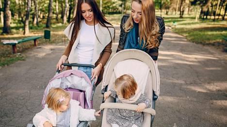Äitiystävän kanssa voit jakaa ajatuksiasi vauva-arjestasi ilman pelkoa pitkästymisestä.
